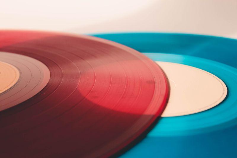 rote-und-blaue-musik-platen