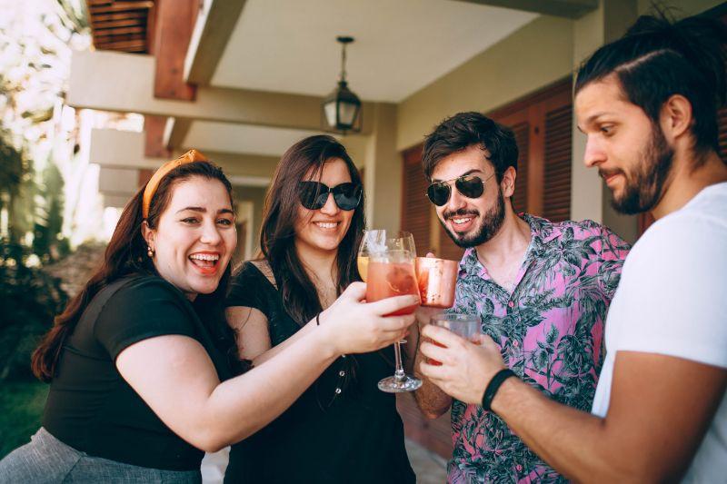 vier-Leute-trinken-und-spielen-Trinkspiele