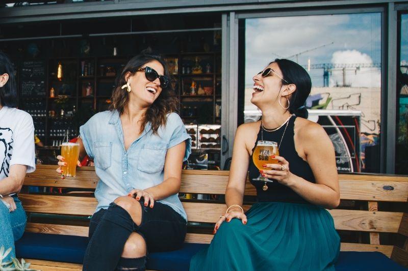 zwei-Madchen-lachen-und-trinken-Bier