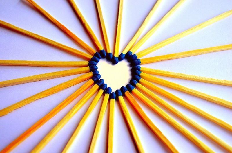 Feuerstreichholzer-bilden-eine-Herzform