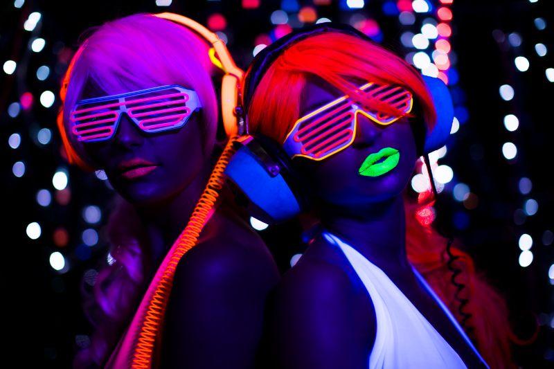 "Neon Party: Organisieren Sie Die perfekte ""Glow In The Dark"" Feier"