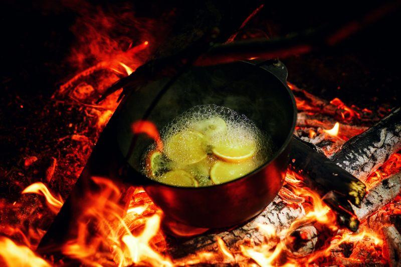 Gluhwein-der-in-Flammen-kocht