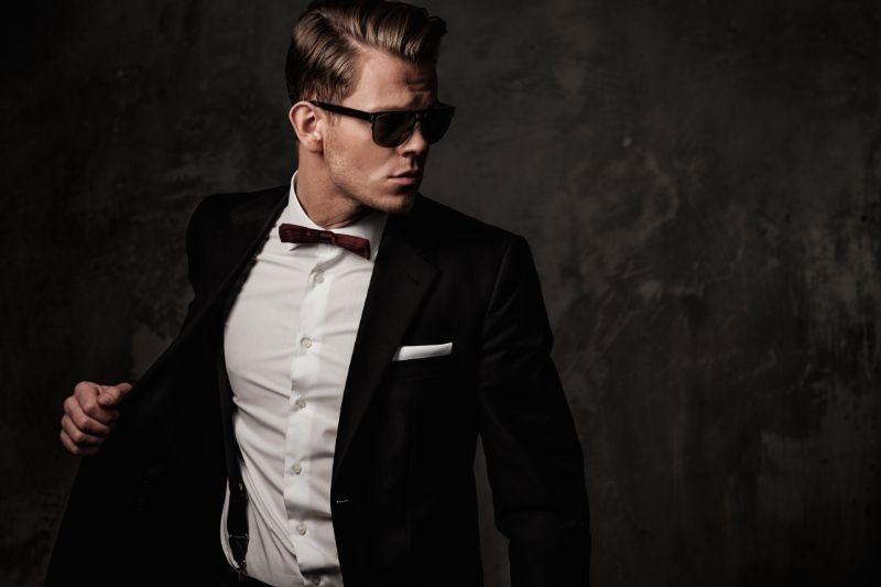 Harter-scharf-gekleideter-Mann-im-schwarzen-Anzug