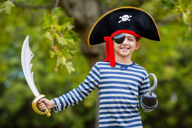 Junge-der-vorgibt-ein-Pirat-zu-sein-2