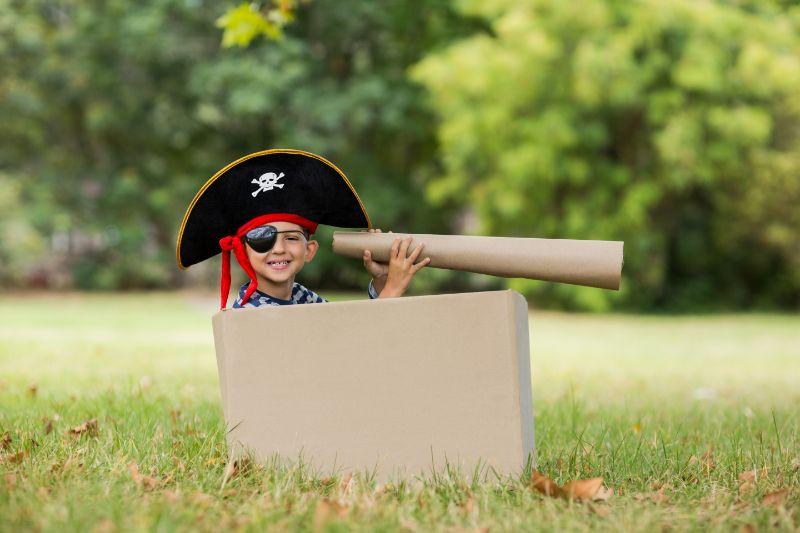 Junge-der-vorgibt-ein-Pirat-zu-sein