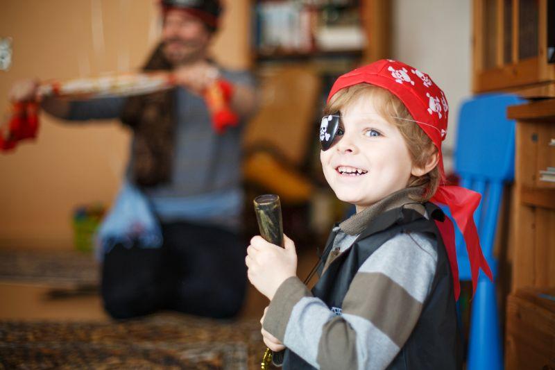 Kleiner-Vorschulkind-von-4-Jahren-im-Piratenkostum-drinnen