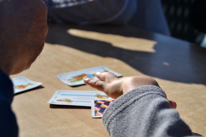 Leute-die-Karten-spielen
