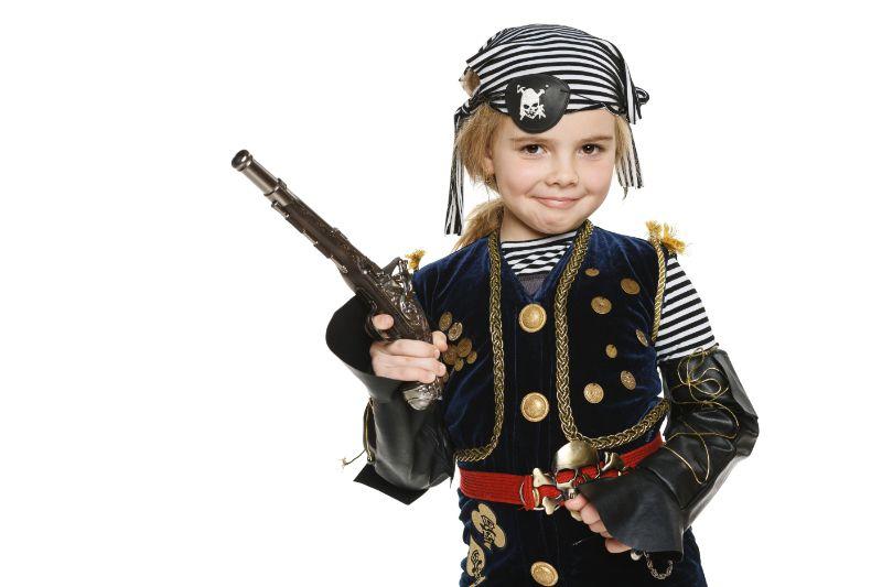 Madchen-das-Piratenkostum-halt-das-eine-Waffe-halt