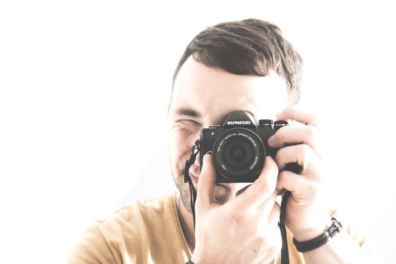 Mann-macht-eine-Fotografie-wie-ein-Paparazzi