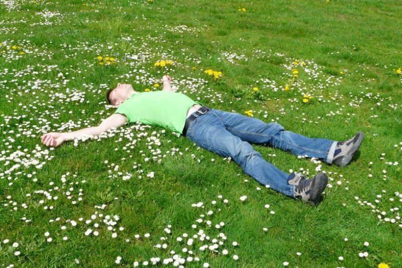 Mann-schlaft-wie-ein-Engel-auf-Gras