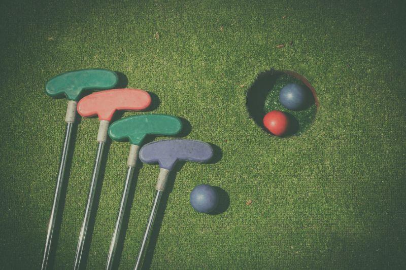 Minigolf-Loch-mit-Schlager-und-Ball