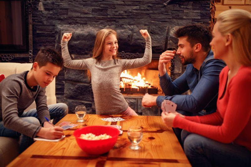 Netter-Madchensieg-im-Kartenspiel