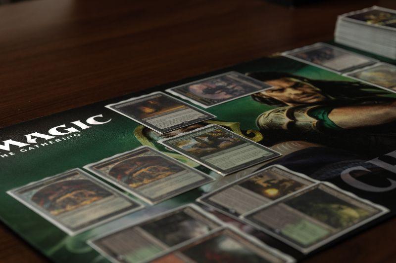 Neues-Teilspiel-Der-Krieg-der-Funkenmagie-The-Gathering-liegt-auf-dem-Spieltisch.