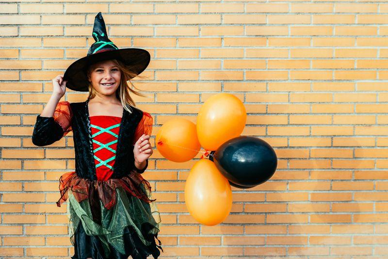 Portrat-des-schonen-Madchens-verkleidet-in-eine-Hexe-auf-der-Strase.