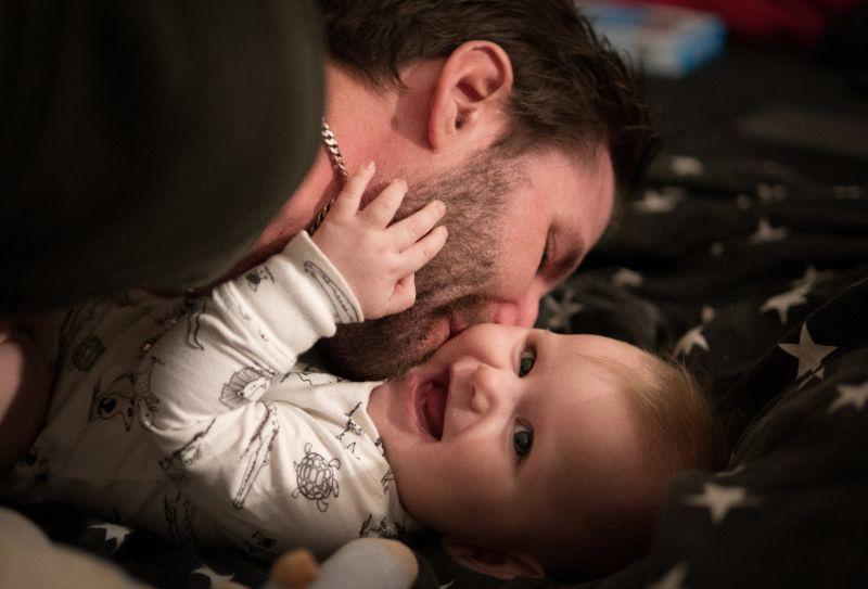 Vater-kusst-kleine-Tochter