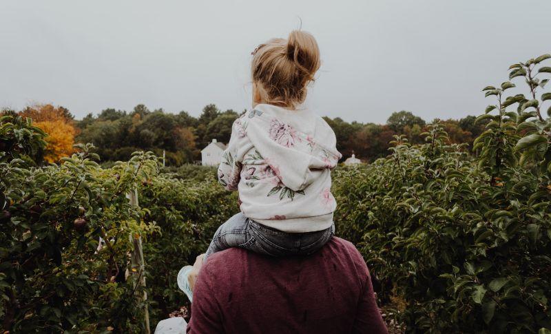 Vater-tragt-seine-Tochter-auf-seinen-Schultern