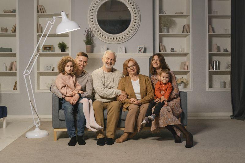 gluckliche-Familie-die-auf-einer-Couch-sitzt-die-ein-Familienportrat-macht