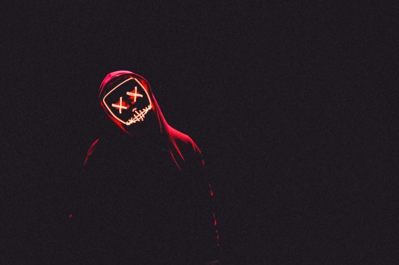 neon-hellrote-Maske