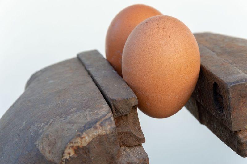 zwei-Eier-zwischen-Metall