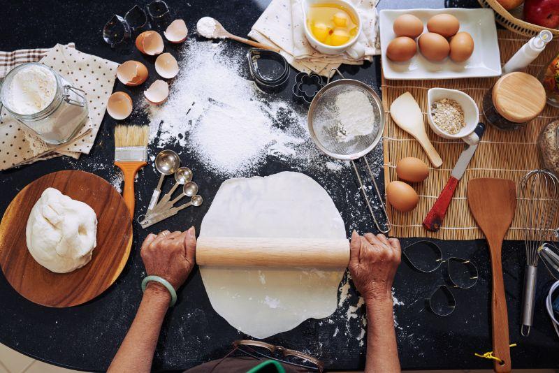 Altere-Frau-die-weihnachts-Kekse-macht