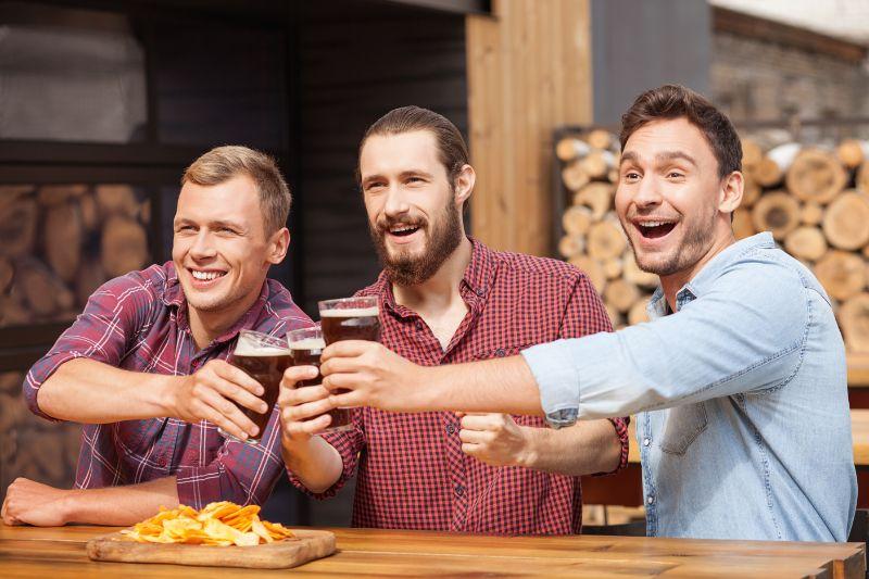 Attraktive-junge-Leute-ruhen-sich-in-der-Sportbar-aus-und-trinken-alkohol