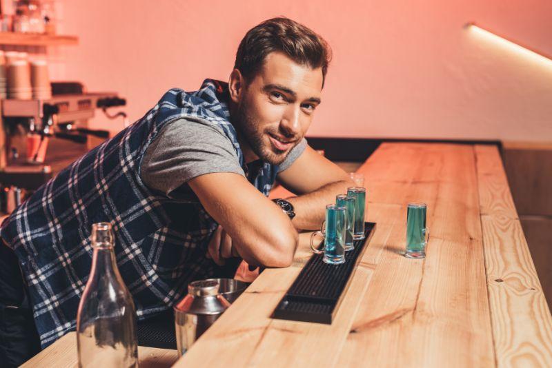 Barmann-mit-Alkoholschussen-auf-der-Theke