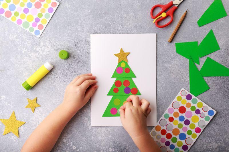 Das-Kind-macht-eine-Gruskarte-Weihnachtspapier-Collage.-Kinder-Kunstprojekt-Handwerk-fur-Kinder.