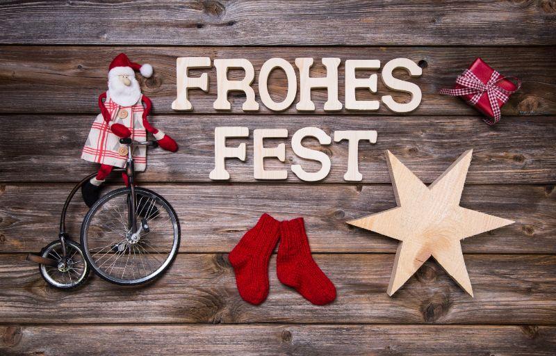 Frohe-Weihnachtskarte-mit-deutschem-Text-auf-holzernem-Hintergrund.