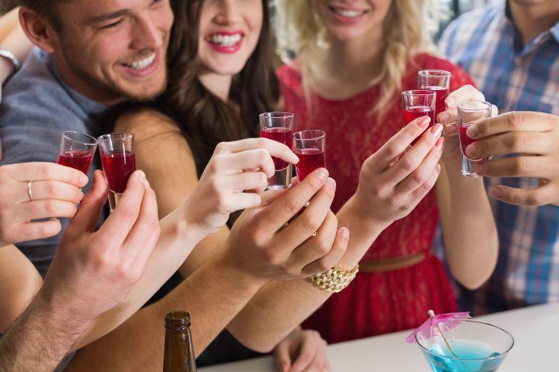 Gluckliche-Freunde-die-zusammen-etwas-trinken