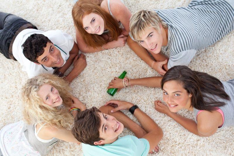 Gruppe-von-Teenagern-die-spielen-drehen-die-Flasche