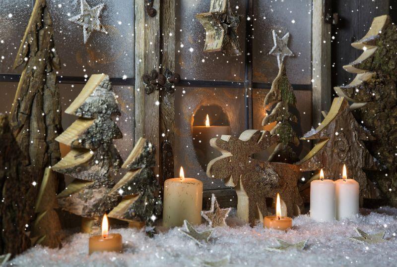 Handgemachte-Weihnachtsdekoration-mit-Holzbaumen-und-Rentier.