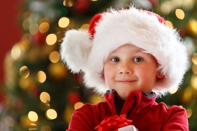 Junge-mit-Weihnachtsgeschenk