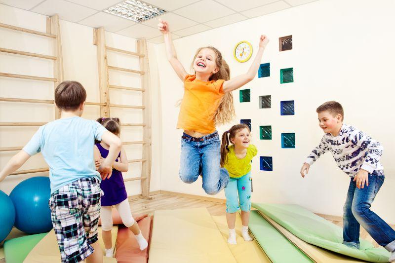 Kinder-geniesen-Sportunterricht-sporthalle-matten