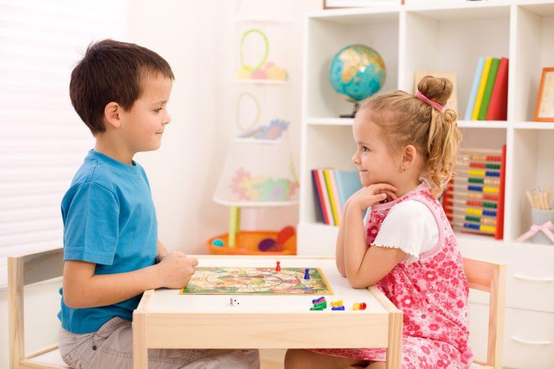Kinder-spielen-Brettspiel-in-ihrem-Zimmer