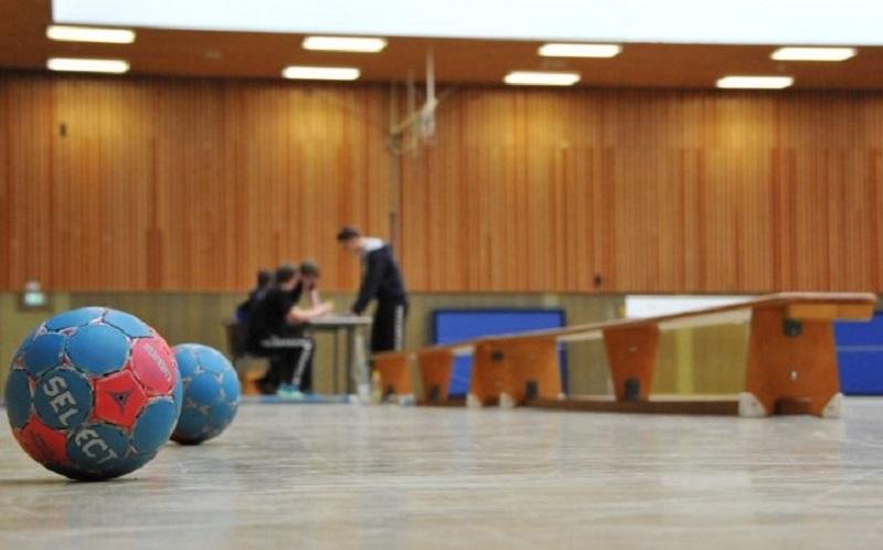Sporthandball-und-Banke-in-der-Sporthalle