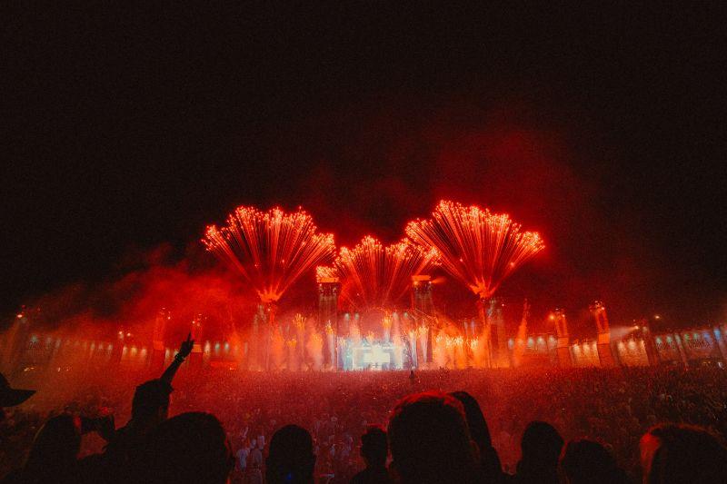 Tomorrowland-Festival-rotes-Feuerwerk