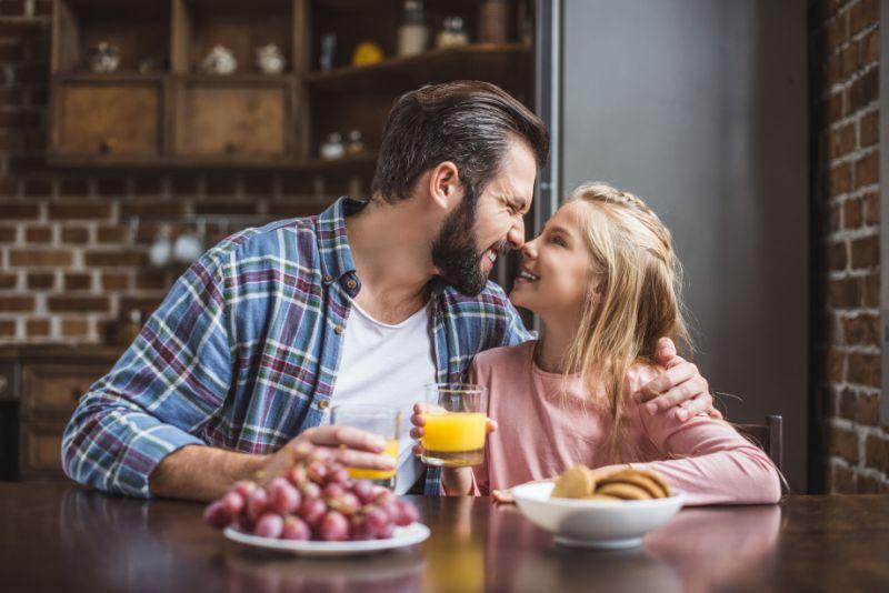 Vater-und-Tochter-fruhstucken