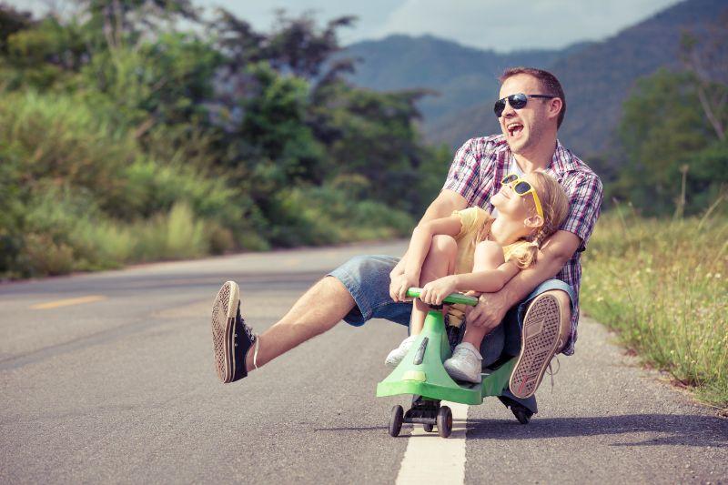 Vater-und-Tochter-spielen-auf-der-Strase.