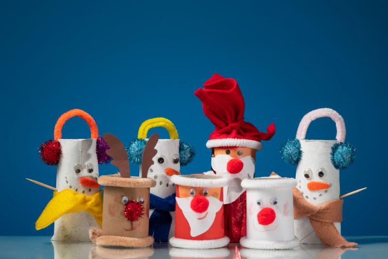 Verschiedene-Figuren-des-Weihnachtsmannes-eines-Schneemanns-und-eines-Rentiers-aus-Toilettenpapierrollen-eines-Kindes