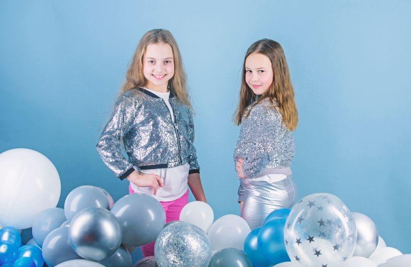 Wunderschon-und-wunderschon.-Kleine-Models.-Modische-Kinder-mit-Luftballons