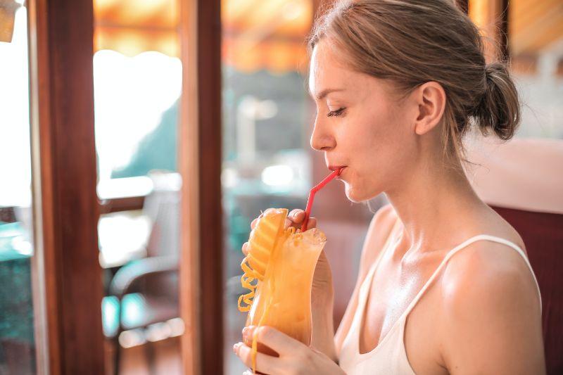 ein-blondes-Madchen-das-einen-Cocktail-trinkt