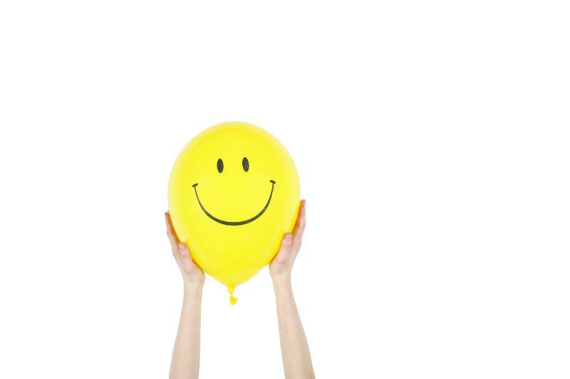 gelber-luftballon-mit-smiley