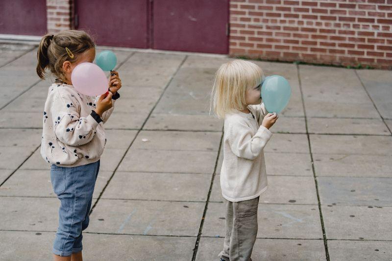 kinder-mit-luftballons-raupe-spielen
