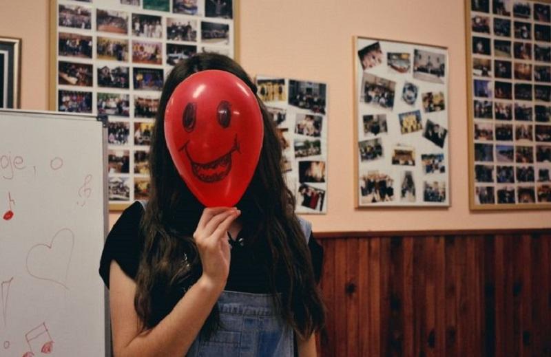 roter-Ballon-mit-smiley-gesicht