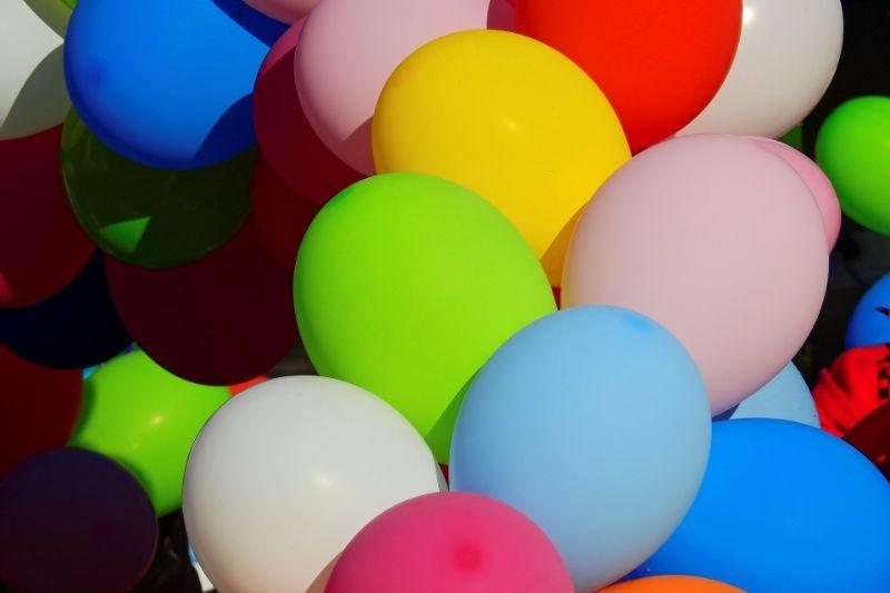 viele-ballons-mit-vielen-farben