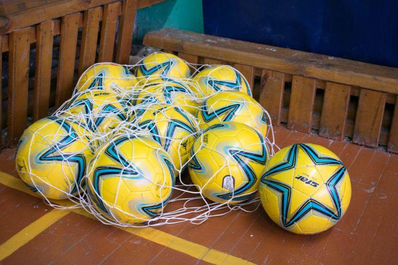 viele-gelbe-Fusballe