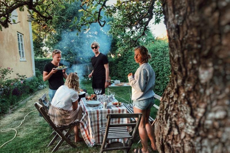 vier-Freunde-grillen-im-Vorgarten