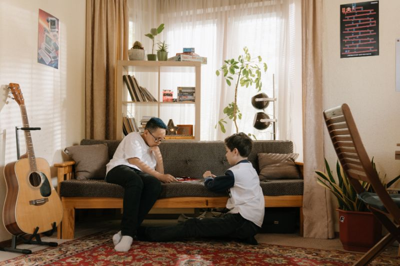 zwei-Leute-spielen-zu-Hause-Brettspiel