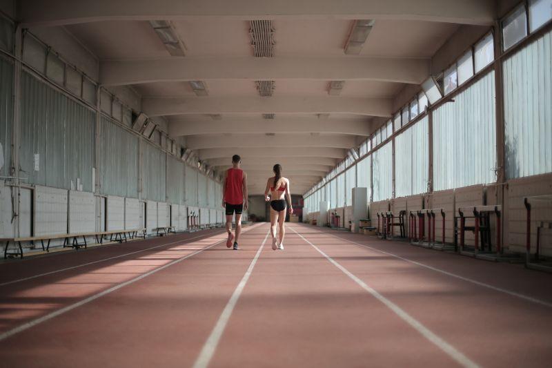zwei-Personen-auf-einer-Laufstrecke