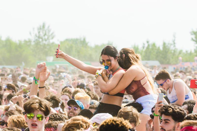 zwei-frauen-auf-einem-festival